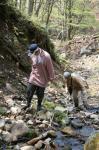 沢を登る女子2人